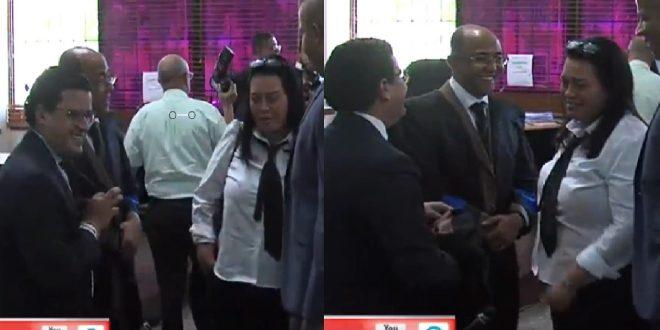 Photo of La cherchita de los abogados contrincantes antes de iniciar el juicio.