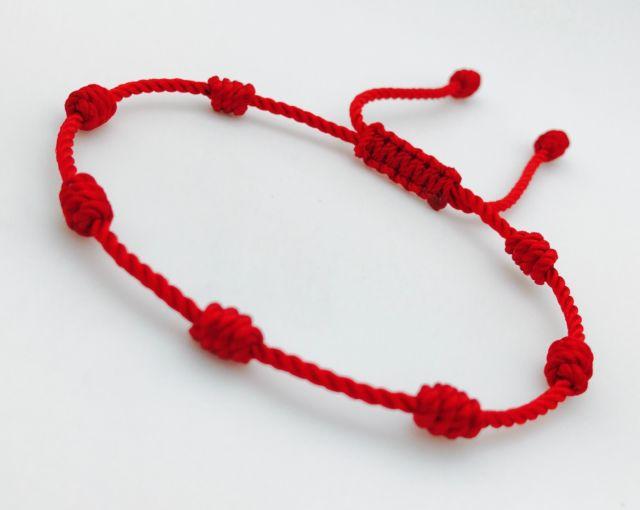 Photo of El significado de llevar una pulsera roja de 7 nudos en la mano izquierda