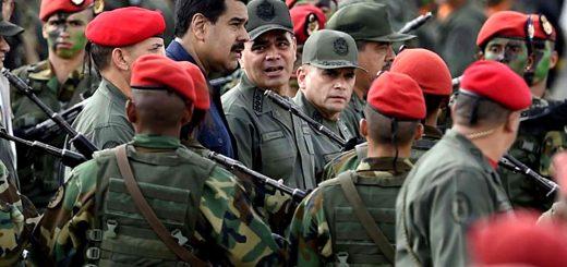 Photo of Negocios y ascensos: por qué los jefes militares venezolanos todavía respaldan a Nicolás Maduro
