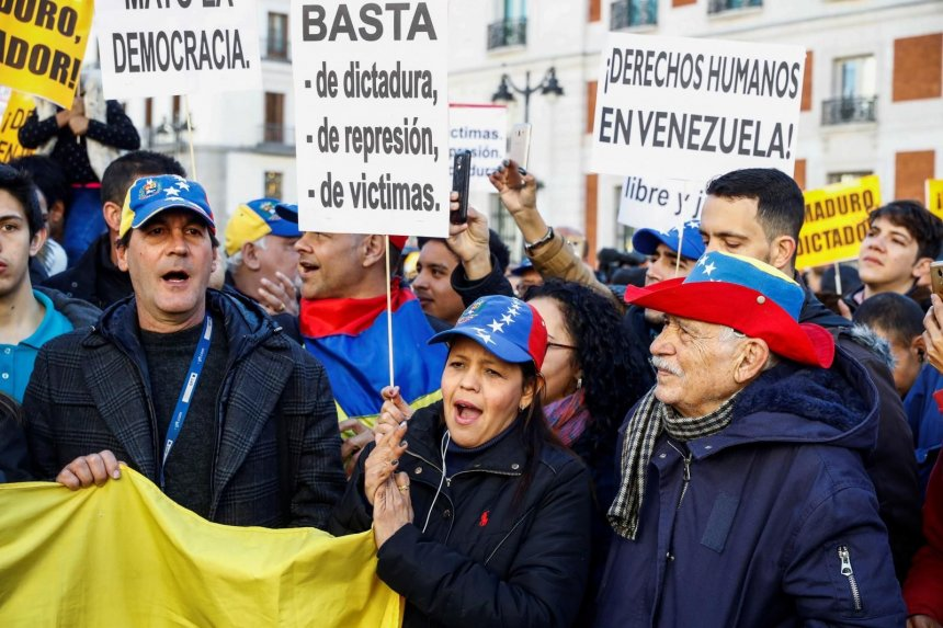 "Photo of Un centenar de venezolanos repudian al ""usurpador"" Maduro en Madrid"