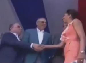 Photo of Monchy Fadul le da empujón y boche a Peralta para saludar Primera Dama antes que él