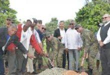 Photo of Comandante General del Ejército da primer palazo para dejar iniciados los trabajos de construcción de un destacamento en Elías Piña y realiza recorrido por la frontera sur del País